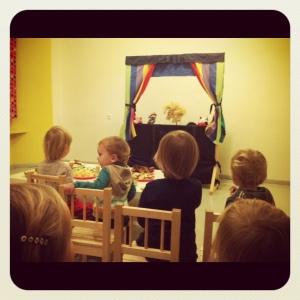 Tėvai gali surengti improvizuotą lėlių spektaklį