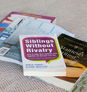 """Iš auklėjimo knygų man labiausiai įstrigo """"Išmintinga meilė"""". Dabar draugė davė """"Siblings without Rivalry"""" - ši labiau orientuota į veiksmus, po abiejų susidėlioja vientisas vaizdas. (Knyga neseniai išleista lietuviškai)"""