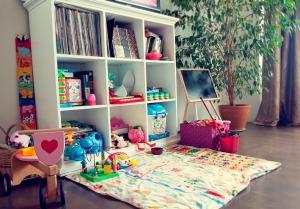 Čia - labai faina bendruomenė, kūrybingi žmonės. Draugiški. Kai negalim vesti į lauką, ganom vaikus su žaislais po koridorius. Ir lokacija labai gera: visą parą veikianti Maxima, kino teatras, iki senamiesčio netoli. Namus susikūrėm, kai atsikrausčiau aš. Iki tol Tadas daug dirbdavo. Pradžioj galvojom apie minimalizmą, bet su vaiku ir spintų reikia, ir kėdžių patogių prie stalo.