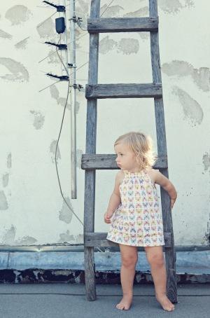 Nuo mažens skatinu Onos savarankiškumą. Jei ji neprašo, nekviečia, aš jos nejudinu, tegu užsiima pati savimi.  Onutės suknelė ir kelnaitės – GAP Kids.