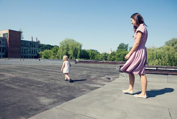 Pasaulyje viskas labai vienoda. Jeigu ieškai kažko išskirtinio – apsidairyk aplink save. Labai patinka Le Muse drabužiai, laukiu jų vaikiškos linijos. Taip pat, LT identity patinka. Aišku, mano mėgstamiausia tai Ramunė Piekautaitė, bet ne kasdienai... Andrės suknelė nuotraukoje – Kęstas Rimdžius for Decolte. Bateliai – Melissa Jean + Jason Wu.