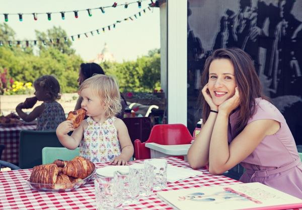 Stengiuosi, kad šeima turėtų nelaužomas tradicijas ir pykstu, kai kas jų nesilaiko. Mes visi turime susėsti prie bendro stalo pusryčiams ir vakarienei, ramiai pavalgyti, pasikalbėti. Todėl ir Ona išmoko sėdėti kartu, dalyvauti pokalbyje.  Net auklę priverčia valgyti kartu su ja.