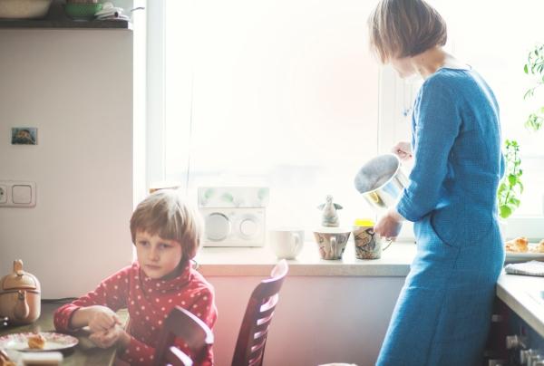Visi mūsų namuose – kavininkai. Liudvikas nekalba, kalbos suvokimas irgi netobulas, jis pažįsta pasaulį kitais pojūčiais, puikiai veikia uoslė, ji - jo kelrodė žvaigždė.  Ne kartą kavinėje bandėme įsiūlyti kavos be kofeino, paprastai pauosto iš tolo ir iš karto atstumia – tokią  gerkite patys. Namuose geriam viską, kas kava pavadinta: miežių, gilių, cikorijų, mano mamos skrudinamą morkų kavą. Į kavines visi penki retai vaikštom, Gilė - tikrai ne kavinių ar galerijų šuo, ji paprasta lapausė, visus nukamuotų savo necivilizuotu draugiškumu. Savaitgalias su vaikais užsukam į Cukatas http://www.cukatos.lt/ išgerti kavos. Turbūt galėtume susiversti ją stovėdami per dešimt minučių, bet vis tik pabandom susėsti padoriai bent trumpam, kartais pavyksta. Visi ten turi savo desertą: morkų pigagas; Gustavui, labai juodas labai šokoladinis - Gintarui, aš paprastai išbandau vis ką nors nauja, o Liu po savo kapučino tiesiog patykoja ir nukniaukia mūsų kavos likučius.