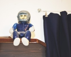 """Stengiamės neapsikrauti daiktais. Prikaupiam, išmetam, vėl kaupiam. Kosmonautas – mylimiausias Kęsto vaikystės žaislas. Tas kosmonautas prie vyno butelių sėdėjo, atėjo draugas Audronis Liuga, klausia, kas čia toks. Ūla sako: """"Alkoholio sargas""""."""