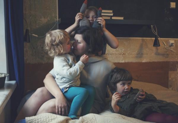 Net jei jos manęs neklauso, aš žaviuosi savo vaikais.  Man užeina ir puolu skaityti straipsnius apie vaikų ugdymą. Nerandu man 100% tinkančios literatūros, iš visur pasiimu po truputį.  Svarbiausia, kad mergaitės augtų pilnavertėmis asmenybėmis ir įdiegti pamatines vertybes. Socialinės normos ne tokios svarbios, nebūtinai jos turi gražiai valgyti šakute ir peiliu.