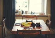 """Labai skanus ir paprastas varškės pyragas Reikės: riešutų (didelė sauja), 7 vnt. šokoladinių sausainių (tinka """"Selga""""), 80 g sviesto, 700 g varškės, 1 kiaušinis, cukraus (pagal skonį), žaliosios ir geltonosios citrinos žievelių, vanilinio cukraus, 1 a.š. krakmolo, truputį grietinėlės Sutrupinti riešutus, sausainius, sumaišyti su sviestu, iškloti pyrago pagrindą ir pakepti orkaitėje 10 min. Sumaišyti likusius ingredientus į grietinės tirštumo masę ir supilti į pagrindą. Kepti apie 30 min. Iškepus galima aplieti karštu šokoladu."""
