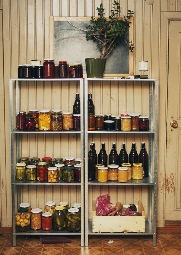Marinavau viską pati: agurkai, rojaus obuoliukai, gervuogių uogienė su lauro lapais, vynuogės kompote ir t.t. Atrodė, tiek daug, o jau pusės nebėra...
