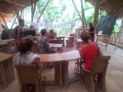 Stogas - iš bambuko, stalai - iš bambuko, kieme - irgi bambukai