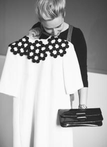Suknelė iš vilnos – Vidos Simanavičiūtės http://www.aandv.lt/brand.html , rankinukas – močiutės.