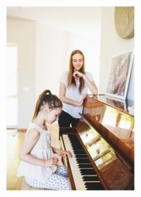 """Į muzikos mokyklą ėjome dėl Lukos - Elzytė tik lydėjo į perklausą. O jautėsi kaip ant sparnų, prieš gal dešimties žmonių komisiją dainavo euforijoj ir iki šiol noriai lanko, nors užsiėmimai yra net keturis kartus per savaitę. Nebevedu Elzės į darželį - pasikeitė auklytė, naujoji daug ko vaikams neleisdavo, nebuvom ten patenkinti. Pusę dienos ji būdavo kartu su manimi studijoje, tada - muzikos pamokos ir keletas valandų """"Basoj pievoj"""". http://basapieva.lt Ten ji labai rūpinasi mažyliais, ir meilę savo turi. Elzė dabar labai nori būti savarankiška - iki mokyklos eina pati."""