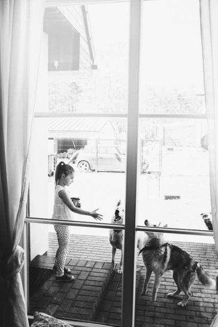 Skaipas atsirado, kai Elzei buvo metai. Mes su vyru abu augę su šunimis - aplink buvo koliai, dobermanai, rotveileriai. Skaičiau prieš išsirinkdama - haskių jokiu būdu nerekomenduoja laikyti bute. Šių šunų labai stiprūs instinktai - į juos žiūrėdama, mokausi pažinti save. Jie beveik neloja - ūkia, burzgia. Taip bendrauja. Galima suprasti, ar nori vandens, maisto, ar žaisti. Uždaroje erdvėje jie paklūsta, bet jei kiemo varteliai atidaryti - laisvė ir nepriklausomybė jiems svarbiausia. Kai pašaukia gamta, ir parom negrįžta. Mums stresas.