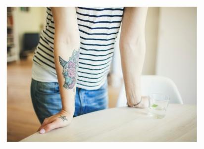 Tatuiruotė - Violettos Melnikovos. https://www.facebook.com/violettamelnikovadolls Vilkas tarp bijūnų, mano mėgiamų gėlių. Žinojau jos braižą, pasakojau, ko norėčiau. Kai atsiuntė eskizą.... - noriu! Darė tatuiruotę be pertraukos, nes žinojau, kad antrą kartą negrįžčiau. Penkias valandas - buvo žiauriai gera emocija. Ji sakė, kad net nepastebėjo, kaip padarė, man paskutines minutes jau buvo kančia. Apalpau.