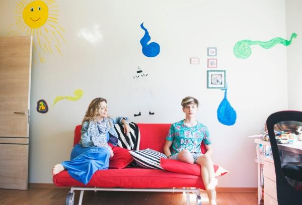 Piešiam ant sienų. Skambina man vieną dieną – labas, mama, mes ant sienų piešiam. Nurijau seilę: viršuje ar apačioje? Kuriam kambary? A, savo? Ramu.