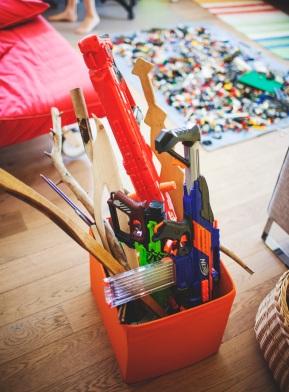 Mes apsiginklavę! Ilgą laiką visi šitie kardai buvo išmėtyti visuose namuose, kol neliepiau susitvarkyti – greitai. Pijus: Kai jau mama liepia tvarkytis greitai, visus daiktus sukišu į vieną kambarį.