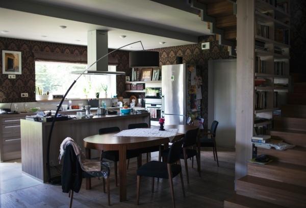 Kai statėm namą, visi žinojom, kad norim didelės virtuvės. Nes mums visiems čia smagu. Knygų lentyna po laiptais išsprendė turėklų klausimą.