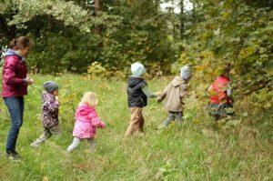 Jei vaikas stabdo save saugodamas drabužius, reikėtų ne džiaugtis, koks jis išauklėtas, o susirūpinti, kad jis atsisako siekti savo tikslų, pažinti pasaulį, patirti kažką nauja dėl noro įtikti aplinkiniams